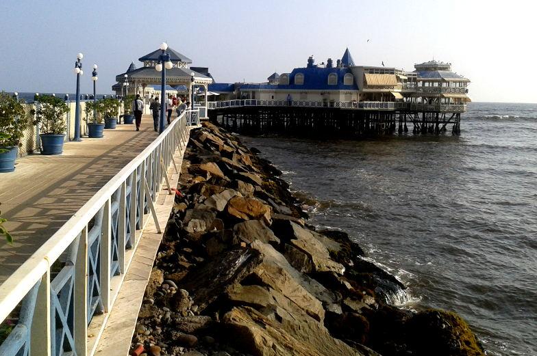 Sehenswuerdigkeiten auf dem Pier in Lima Miraflores gibt es ein Restaurant und kleine Souvenilaeden