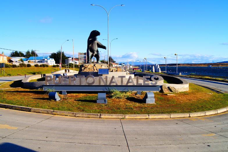 Milodon begruesst am Ortseingang Puerto Natales