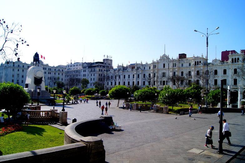 TIpp Plaza San Martin in der Alstadt Limas mit dem Denkmal des Befreiers von Peru