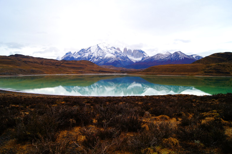 Die Berge spiegeln sich im See Torres del Paine Nationalpark
