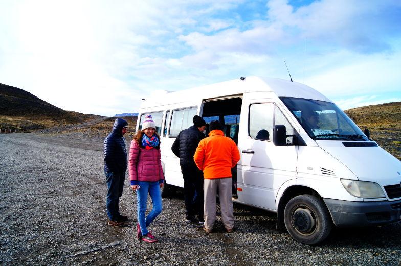 Mit dem Van geht es durch den Torres del Paine Nationalpark