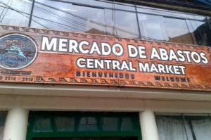 Kaufe dein Wasser fuer Machu Picchu im Mercado de Abastos in Aguas Calientes