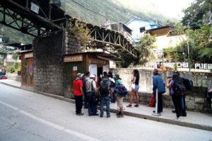 Du kannst mit dem Bus oder zu Fuß zu Machu Picchu