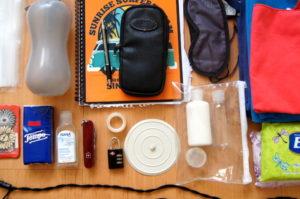 Taschenmesser, Trinkflasche und Schlafmaske sind nuetzliche Utensilien fuer deine Weltreise