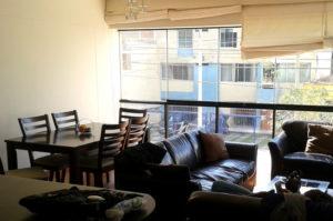 Airbnb Apartment mit grosser gemuetlicher Sitzecke viel Platz um die Weiterreise zu planen