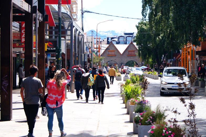 Hauptstrasse mit vielen Souvenir und Schokoläden in Bariloche