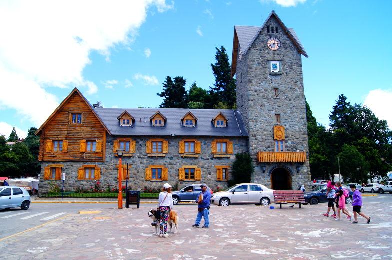 Das Rathaus von Bariloche findest du auf dem Stadtplatz