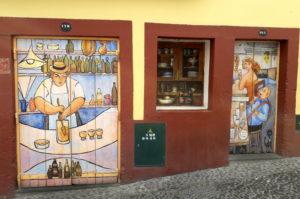 Bemalte Tueren in Santa Maria Strasse Funchal Tipps Madeira