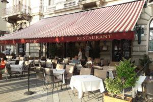 Schoene Sitzmoeglichkeiten an der Donau zum Essen und Trinken in Budapest