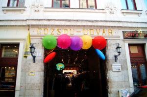 Essenstipp Passage mit vielen Restaurants und Bars in Budapest Juedisches Viertel