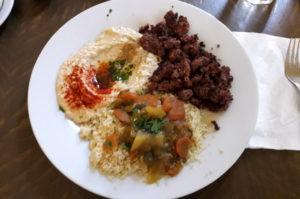 Hummus mit Hackfleich und Couscous