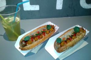 Frische Bratwurst im selbstgemachten Brot Budapest Tipp Essen