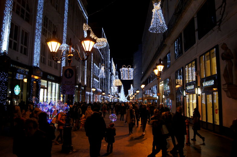 Fashion Street Mall weihnachtlich geschmueckt Budapest Insidertipps
