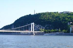 Blick zum Gellertberg Freiheitsstatue Budapest Sehenswuerdigkeiten