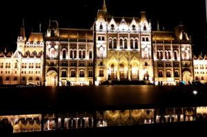 Insidertipp Parlament bei Nacht Budapest Sehenswuerdigkeit
