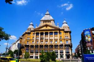 Goldenes Haus Saeulen Budapest Sehenswuerdigkeit Insidertipp
