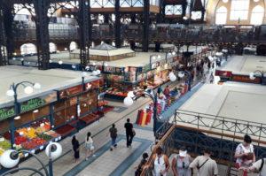 Markthalle Restaurant und Verkaufsstaende Budapest Sehenswuerdigkeit Insidertipp