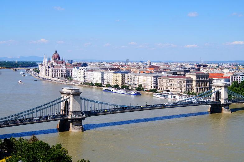 Blick auf Budapest und Kettenbruecke Sehenswuerdigkeit Insidertipps