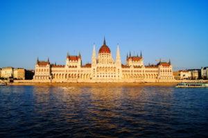Das schoenste Parlament steht in Budapest Ungarn
