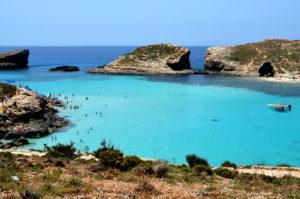 Wunderschoenes Blaues Wasser in der Blue Lagoon Comino