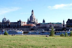 Reisetipp Elbwiesen mit Blick auf Dresden