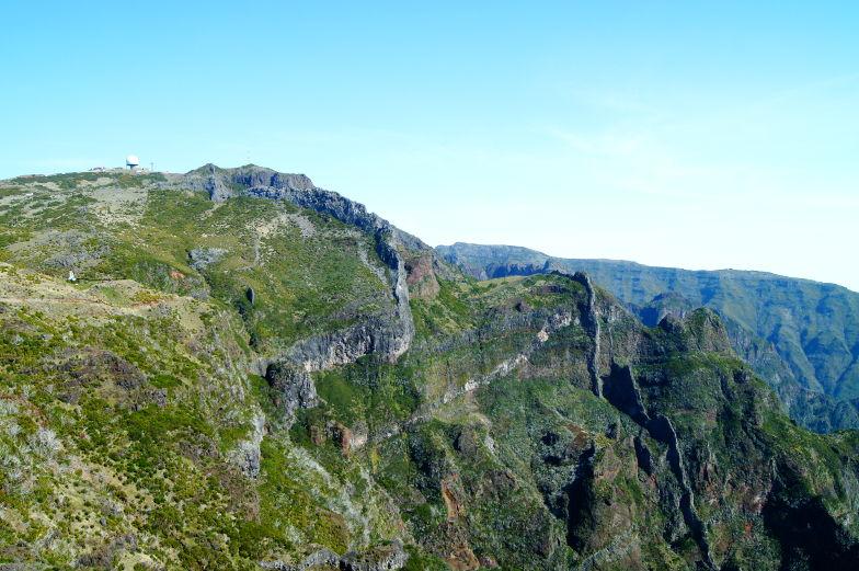 Blick auf den Pico Arieiro und Radarstation