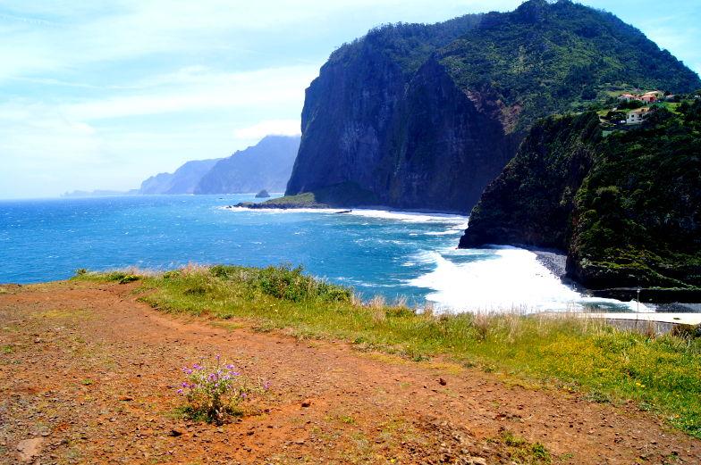 Blick auf den Atlantik und die Felsen Miradouro Guindaste Faial Madeira