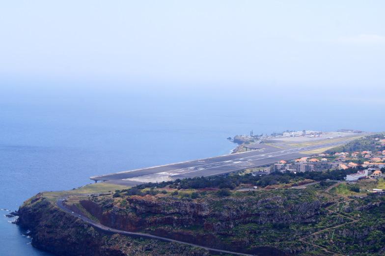 Pico do Fachu Blick auf die Landebahn von Madeiras Flughafen