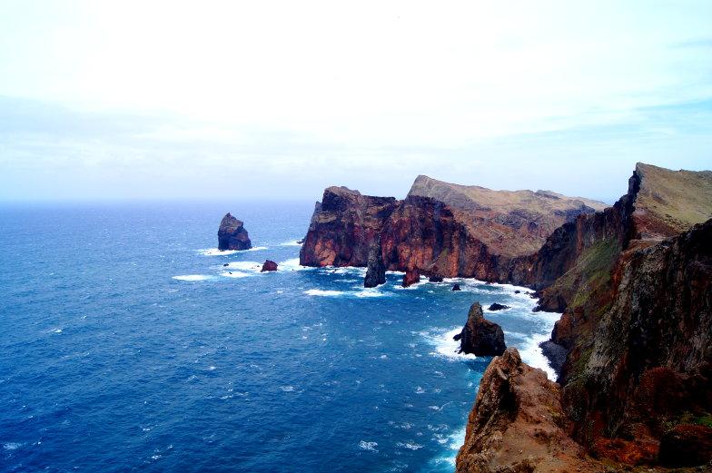 Blick auf die Felslandschaft im Atlantik Ponta de Sou Lourenco