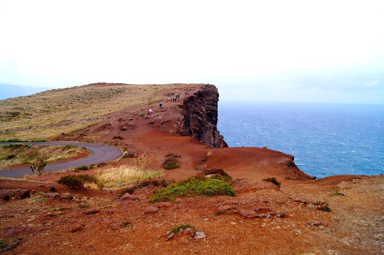 Steile Klippen und viel Wind am Kap Sao Lourenco